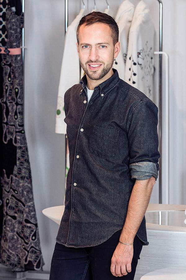 做為英國目前最具創意的時尚設計師,Peter Pilotto正在受到越來越多的關注。 Peter Pilotto品牌由兩位各具特長的年輕設計師Peter Pilotto和Christopher de Vos攜手創辦。目前在溫哥華The Bay的The Room有售。(Photography by Milos Tosic)