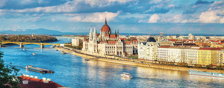 多瑙河畔的明珠——布達佩斯的天空下,河水在靜靜流淌。(photo.ua/Shutterstock.com )