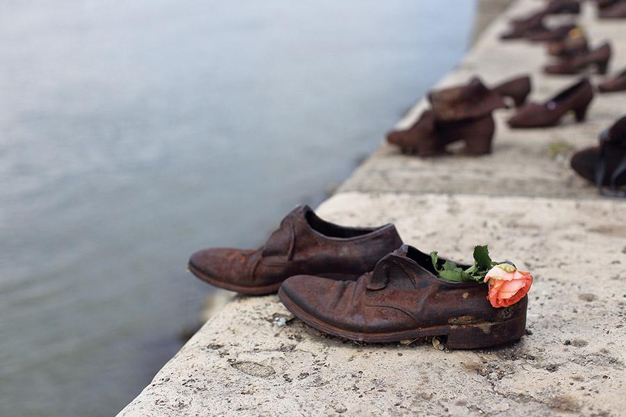 河堤上著名的青銅鞋子雕塑,其中的故事記述在《大屠殺》(Holocaust)一書中。 (  Usoltceva Anastasiia / shutterstock.com    )
