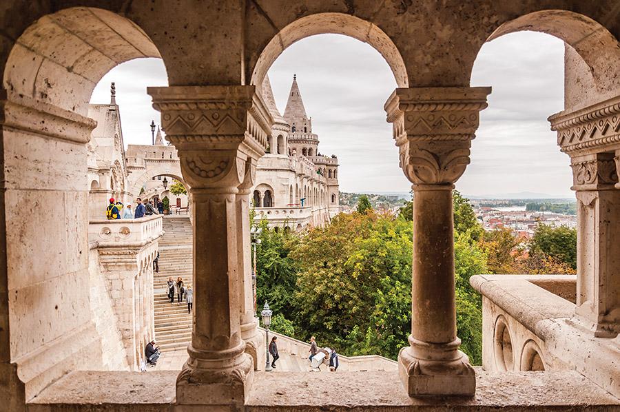布達山巔的布達城堡,透過雕花的廊柱可以看到遠處高聳的尖頂,建於1356年。( Taweepat / shutterstock.com  )