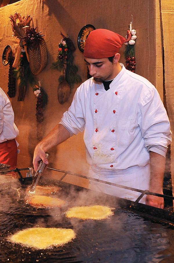 正在製作的就是味道酥脆香濃的油炸麵包lángos。(Akos Horvath Photographer / Shutterstock.com)