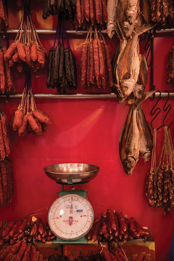 (中國新年時,新加坡集市上的琳琅滿目「年貨」。相較北美的節日,飲食是中國傳統節日的重頭戲。 Stephane_Jaquemet / iStock.com)