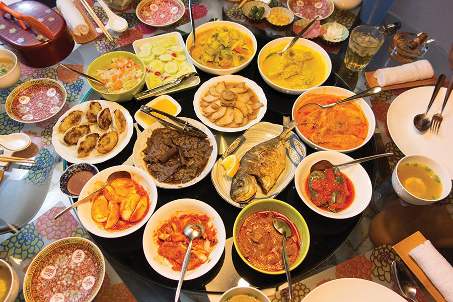 中國新年時,新加坡集市上的琳琅滿目「年貨」。相較北美的節日,飲食是中國傳統節日的重頭戲。(David Wingate / Shutterstock.com)