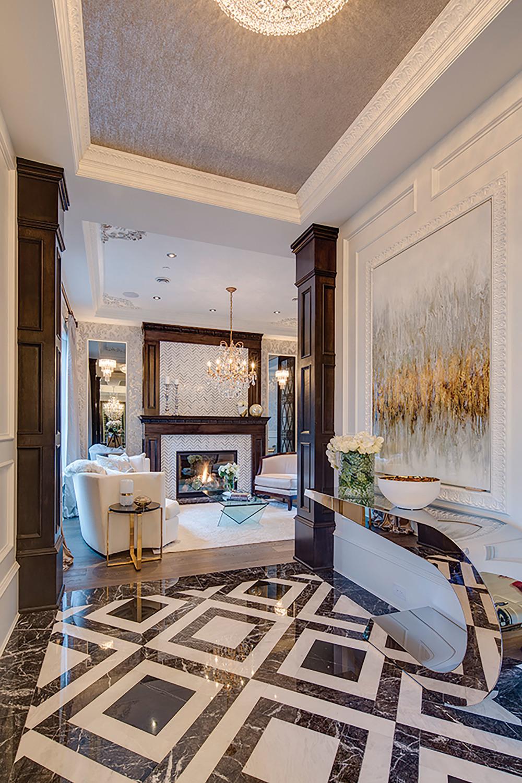 這幢面積為7,300平方呎的宅邸採用了真正的經典設計元素,同時融合古典與現代風格。金屬、玻璃和現代裝飾畫完美呈現在古典的深色胡桃木裝飾之中,地板上的意大利大理石拼接出優雅的圖案,並延續至前方的休息室。