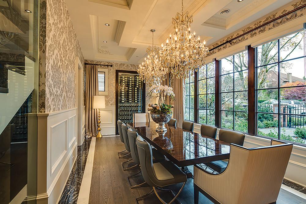 華麗的餐廳裏,璀璨的奧地利水晶吊燈懸掛在11英呎高的方格天花板上,在歐式古典紋樣的壁紙上投下耀眼的光芒。餐桌和座椅則是現代風格,線條簡約流暢。