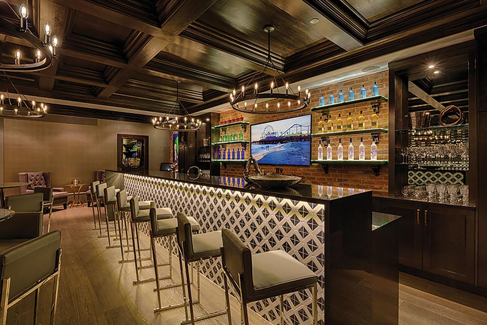 地下室的裝飾堪比專業酒吧,裏面有溫控酒窖和頂級家庭影院。