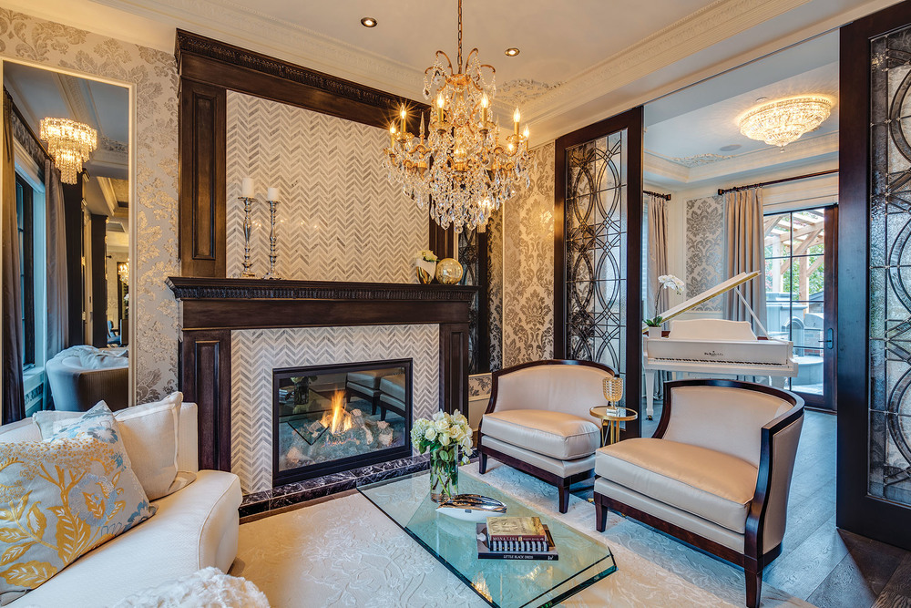 壁爐周圍的牆壁用意大利大理石鑲嵌成人字形圖案,為休息室內帶來了戲劇化的視線焦點。