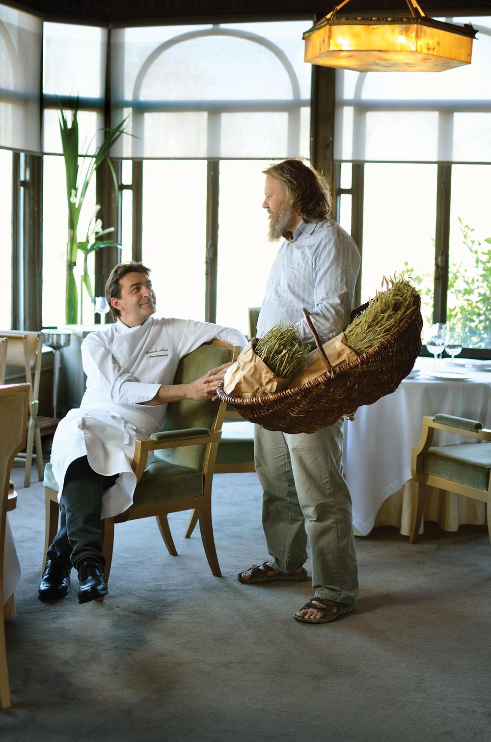 老牌巴黎米其林三星餐廳Ledoyen,坐落在香榭麗舍大道的花園中。一個天氣晴好的上午,Stéphane為大廚Yannick Alléno送來了各種藥草。