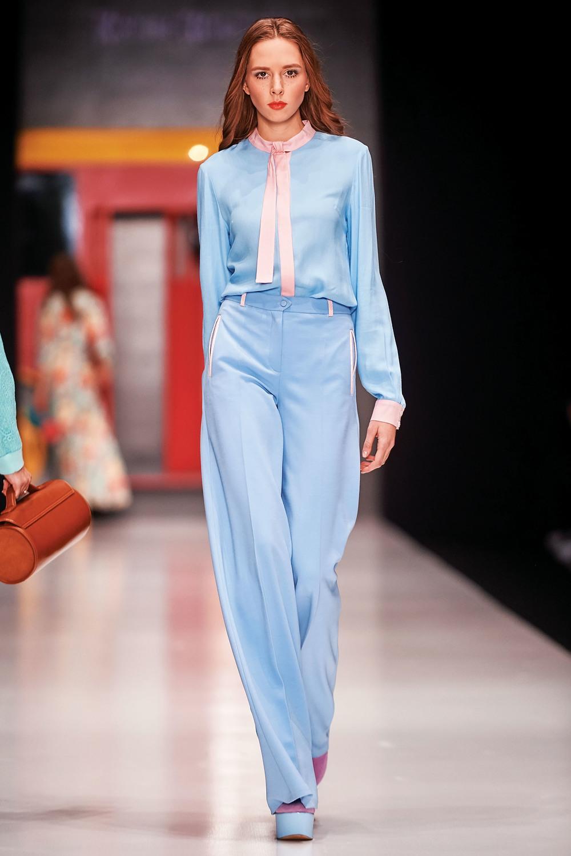 既然淡藍和柔粉是彩通同時推薦的組合,為甚麼不讓它們相得益彰呢?中性的藍色套裝正適合用粉色輕點出女性的輕盈。