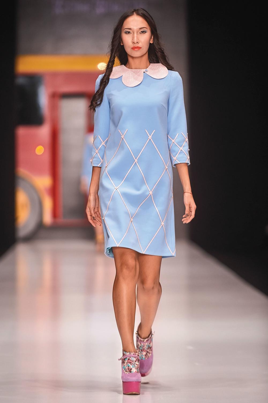 寧靜是藍色永恆的主題。剪裁考究的連衣裙,修身的鉛筆裙,簡約的手包,和經典款型的跟鞋,這樣的搭配線條簡約、色調清爽。
