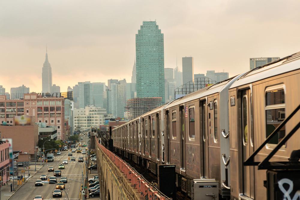 在落日餘暉中行使的紐約地鐵。(AsiaTravel / Shutterstock.com)