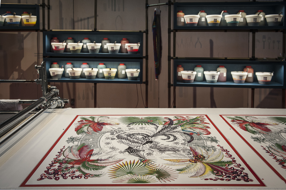 鋪展在工作台上,正在製作中的愛馬仕絲巾。(Courtesy Hermès)