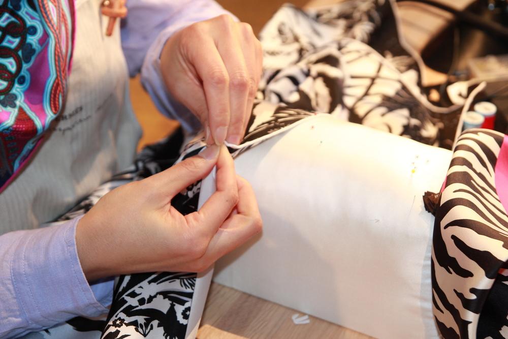 女縫紉師正在手工為絲巾鎖邊。(KaYan Wong/Taste of Life)