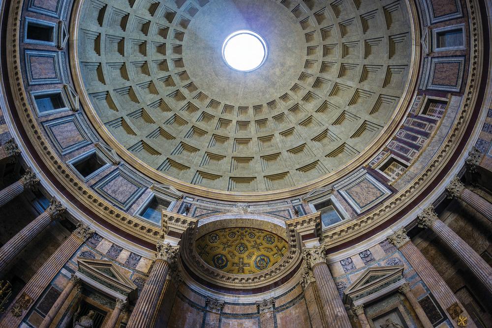 羅馬萬神殿壯麗的穹頂,精美的壁畫和雕塑,以及穹頂上的幾何圖形,都將人引領至神聖的境界。(Esposito Photography / Shutterstock.com)
