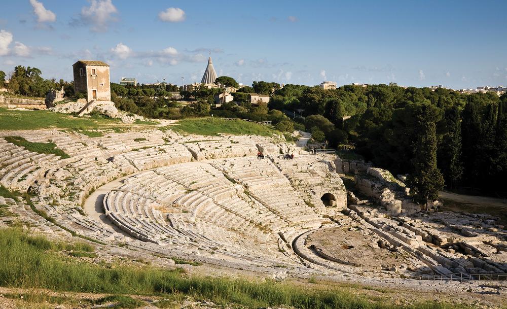 古希臘劇院大約建於公元前五世紀,半圓形的劇場直接由一座岩石山坡雕琢而成,因此在十六世紀西班牙人入侵時,未曾遭到破壞。imagesef / Shutterstock.com
