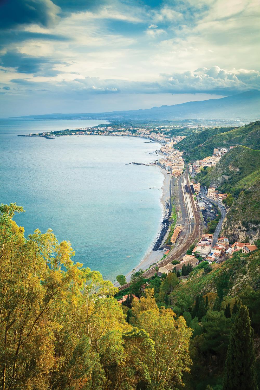 遊客們可以乘坐纜車降落到陶爾米納的Mazzarò海灘上,享受陽光海岸美景。Anna Lurye / Shutterstock.com