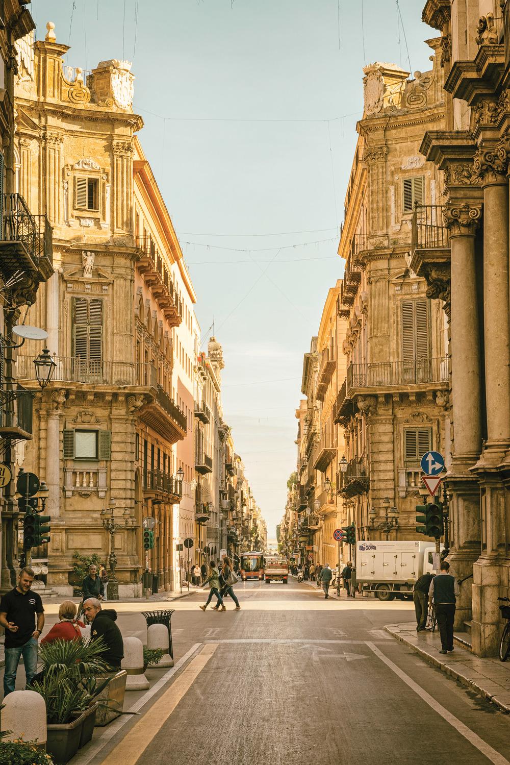 從Vittorio Emanuele大街上欣賞維耶娜廣場(又名四角廣場)的景色。futureGalore / Shutterstock.com