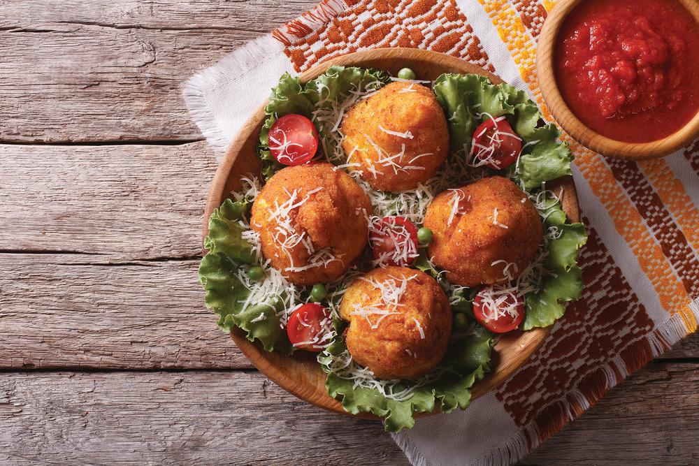頗具特色的西西里炸飯球,它的名字Arancini類似於意大利語柑橘「Arancia」,因為它的顏色和大小都和柑橘很相似。AS Food studio / Shutterstock.com