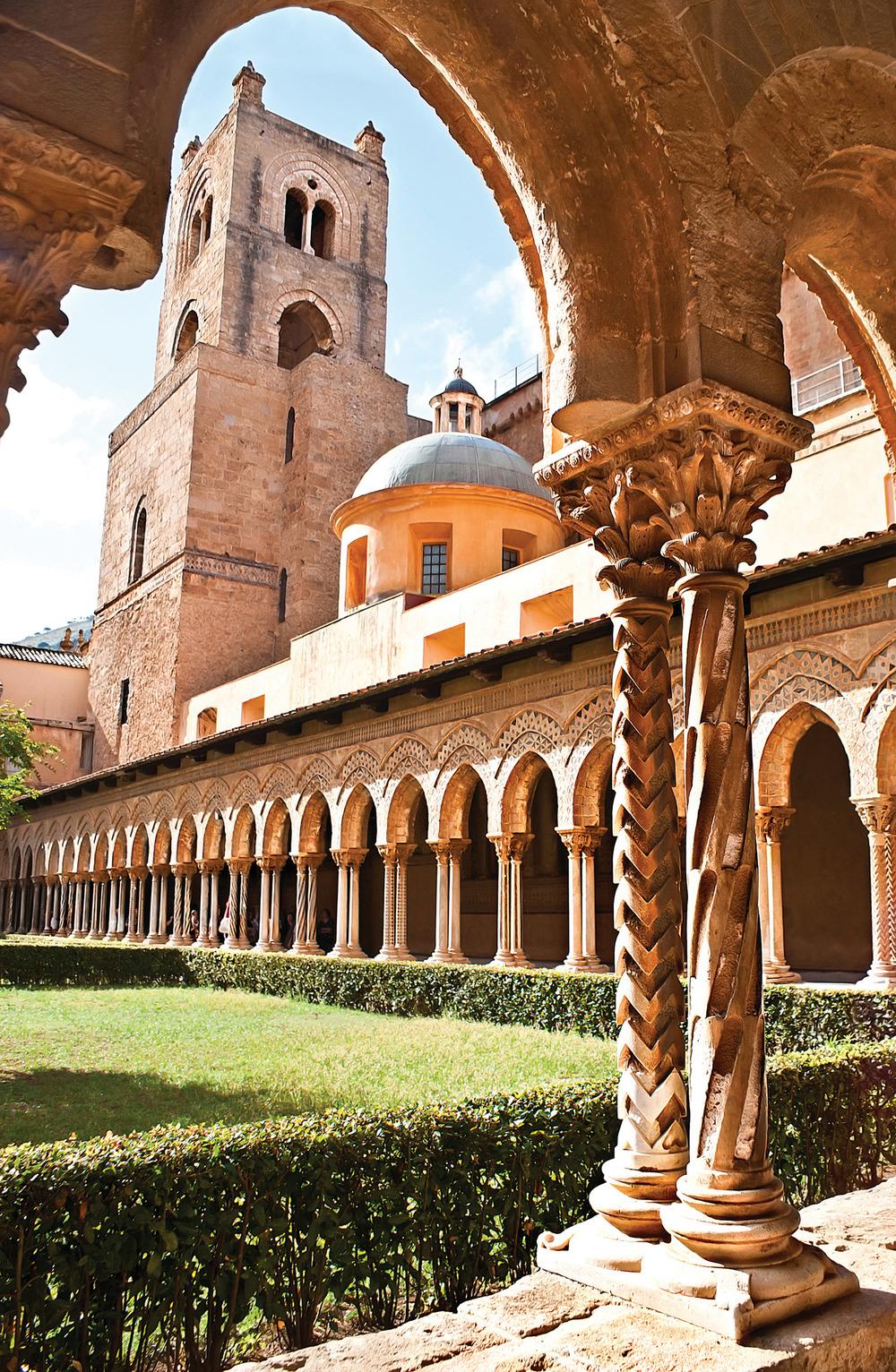 蒙雷阿萊大教堂的長廊共有108根大理石石柱,每一根上的馬賽克裝飾都各不相同。 eFesenko / Shutterstock.com