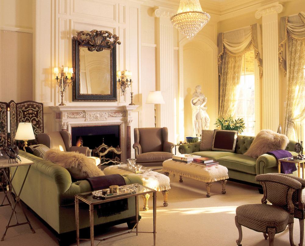 客廳由從倫敦、紐約、巴黎等世界各地採購來的古董妝點起來,如:英國古董壁爐和意大利裝飾鏡,共同營造出優雅華美的歐式古典氣息。