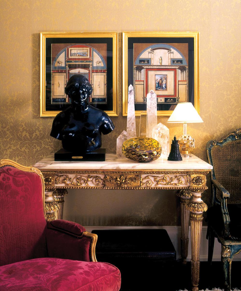 一座羅丹的青銅雕像放置在十八世紀的意大利案幾上,牆上是兩幅十九世紀早期的意大利建築圖紙。