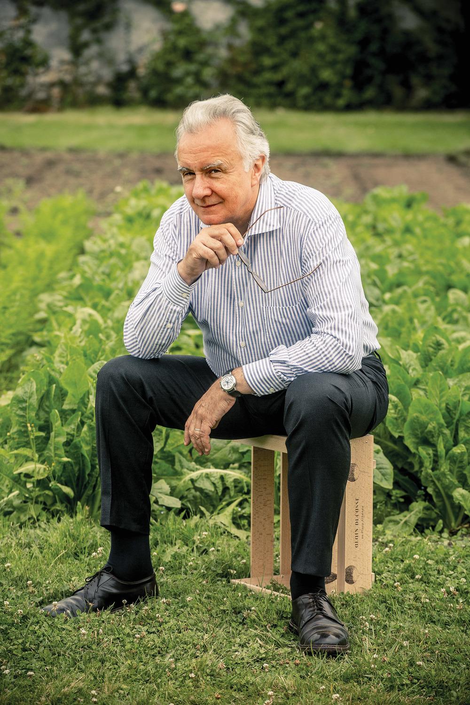 Alain Ducasse在挑選食材時總是一絲不苟。此時,他正坐在凡爾賽宮Jardin de la Reine花園內,身後是他經常光顧的菜畦。Photography by Guillaume Czerw