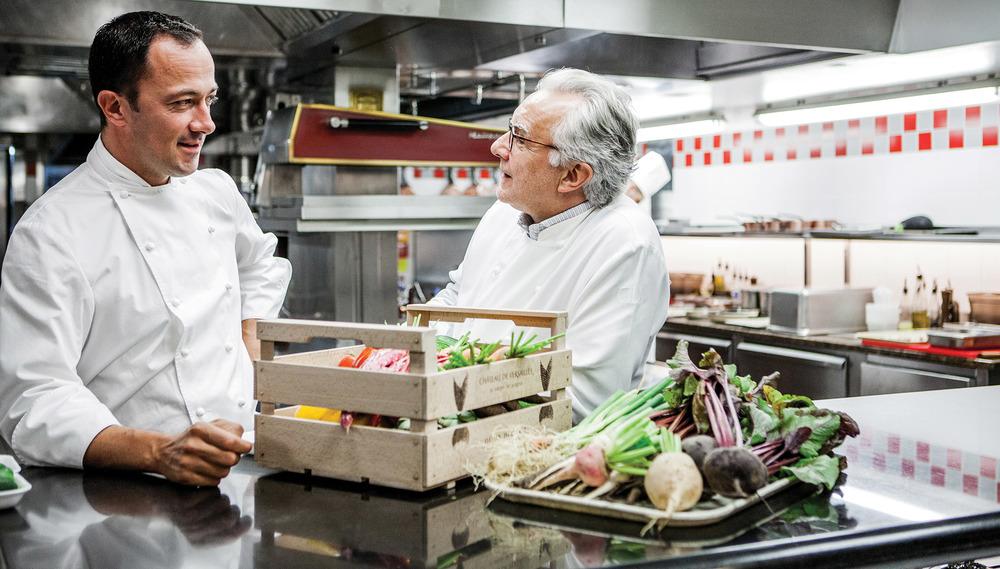 Alain Ducasse和他的大廚Romain Meder在巴黎Plaza Athénée Hotel酒店的廚房內,這裏的招牌菜是法式的。Photography by Pierre Monetta