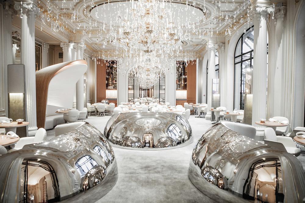 Alain Ducasse喜歡盡可能打造完美的用餐氛圍,正如他潛心研究菜譜一樣。這是他巴黎Plaza Athénée Hotel酒店餐廳的內景,現代與古典相融合的裝飾風格,彰顯出華麗與優雅。Photography by Pierre Monetta