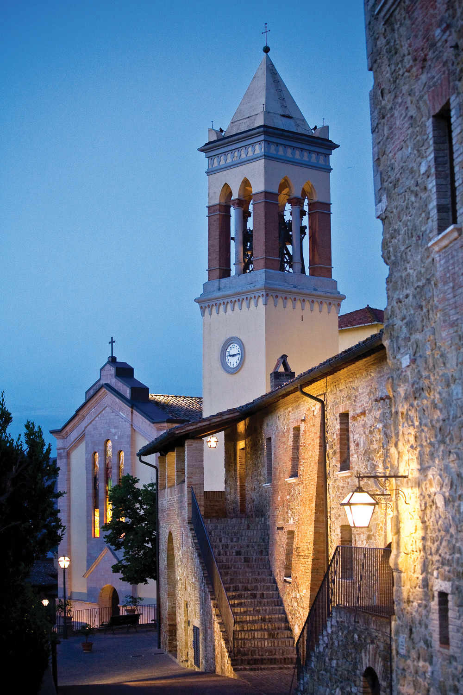 Brunello Cucinelli一直致力於修復Solomeo當地的中世紀建築和街道,圖中由鵝卵石鋪就的街道上,矗立著一座古教堂。