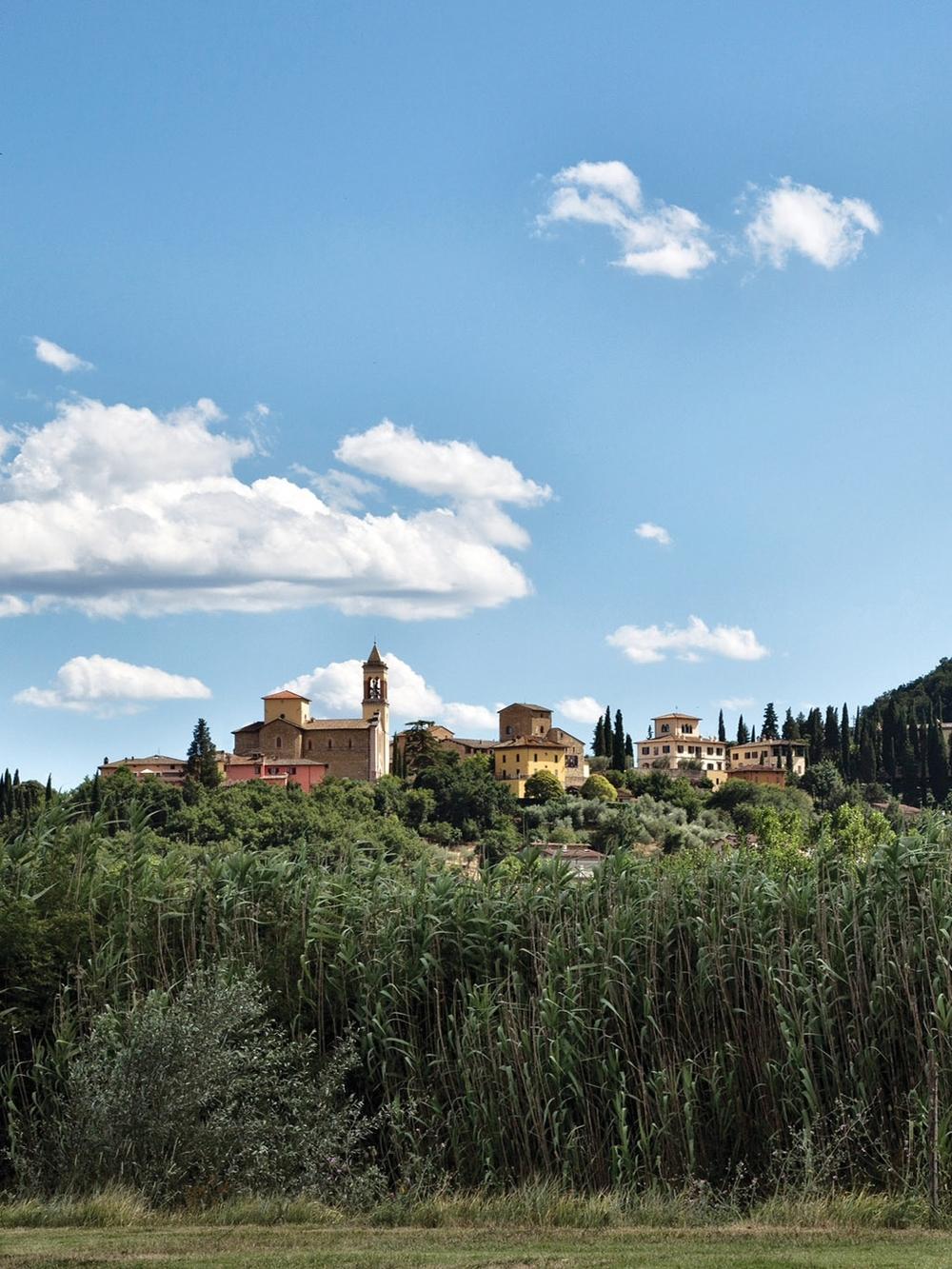 曾經日漸蕭條的小鎮Solomeo如今因Brunello Cucinelli而重獲新生,居民已達600餘人,大部份為Brunello Cucinelli的僱員。