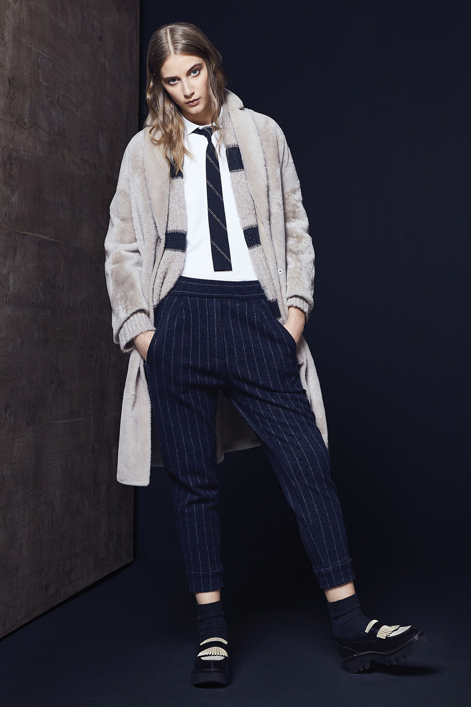 Brunello Cucinelli最新的2016秋冬系列。休閒風格的輕盈灰色羊絨外套,搭配藍色灰條紋褲子。