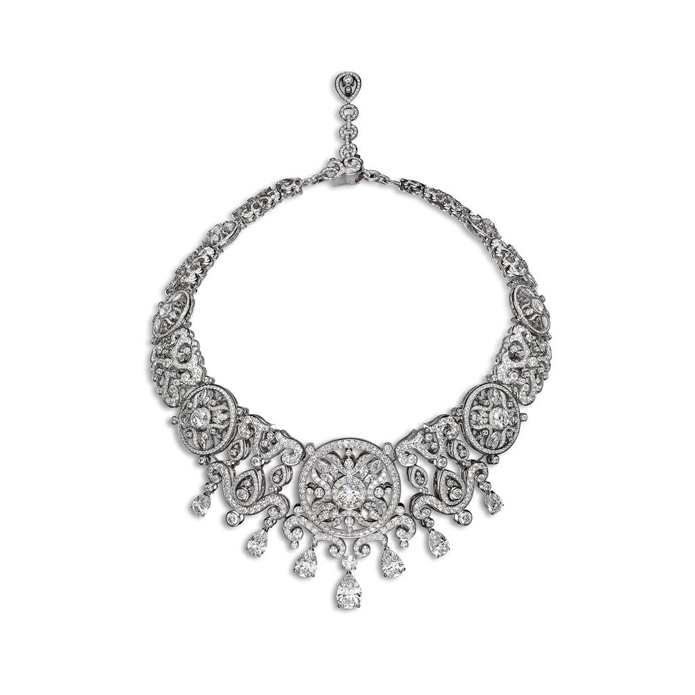 Corona項鏈由白金和鑽石共同營造出華麗的紋樣。Photo by Laziz Haman