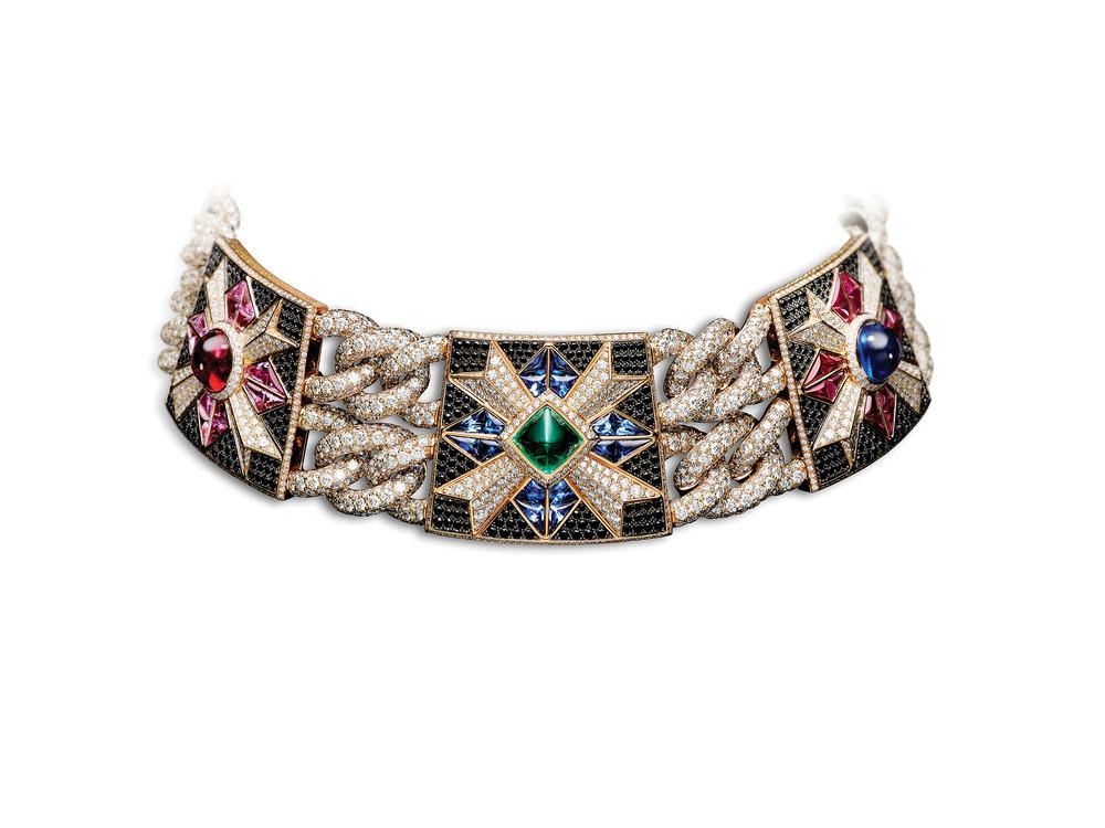 Rosa dei Venti頸鍊上鑲嵌的紅寶石、祖母綠寶石、藍寶石、紫水晶和鑽石交相輝映。Photo courtesy of Giampiero Bodino