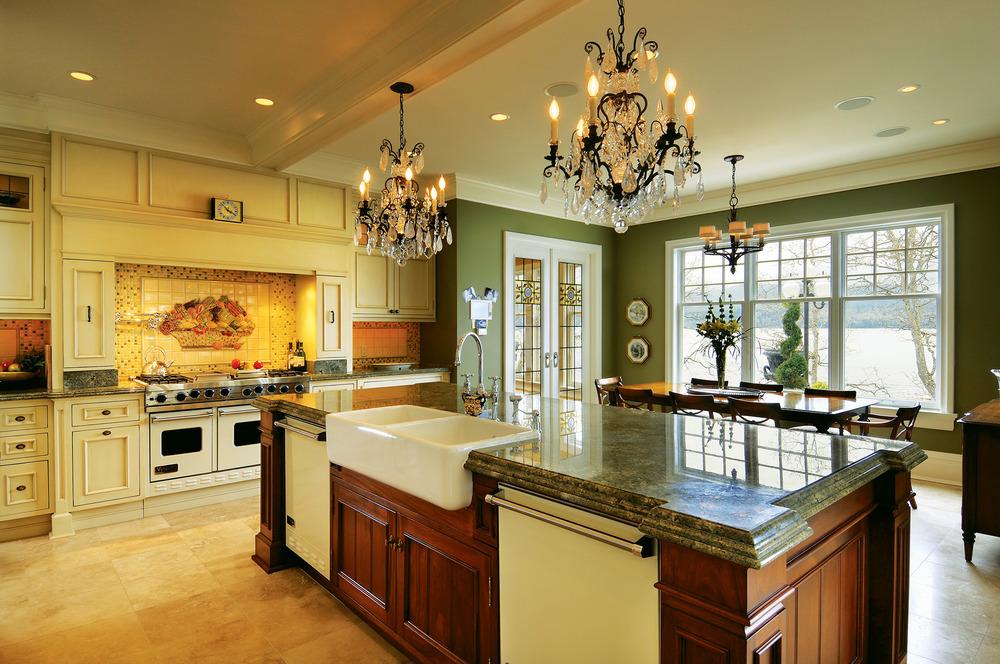 寬敞的鄉村風格的廚房足夠一家人在此歡聚。牆上的馬賽克瓷磚鑲嵌畫和訂製的玻璃門,讓空間更具藝術格調。