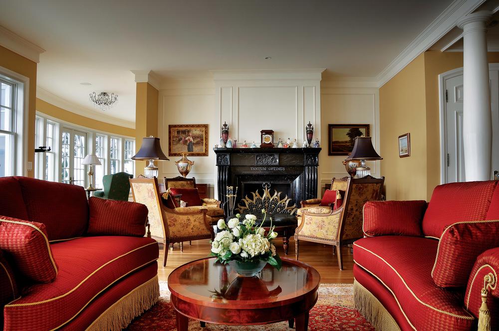 私密會客廳中擺放了Althorp Charles Spencer家族先輩們留下的古董家具,搭配十九世紀風格的法式紅色天鵝絨沙發,金色的鑲邊更顯華美。