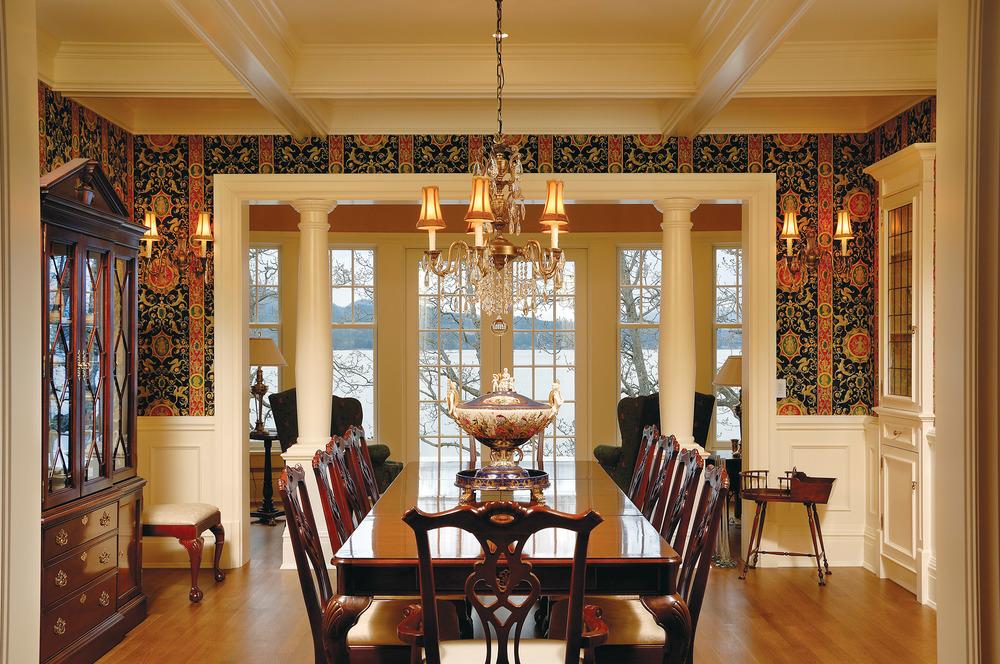 設計師Richard Salter用來自Brunschwig & Fils的壁紙,為餐廳賦予了皇式奢華。