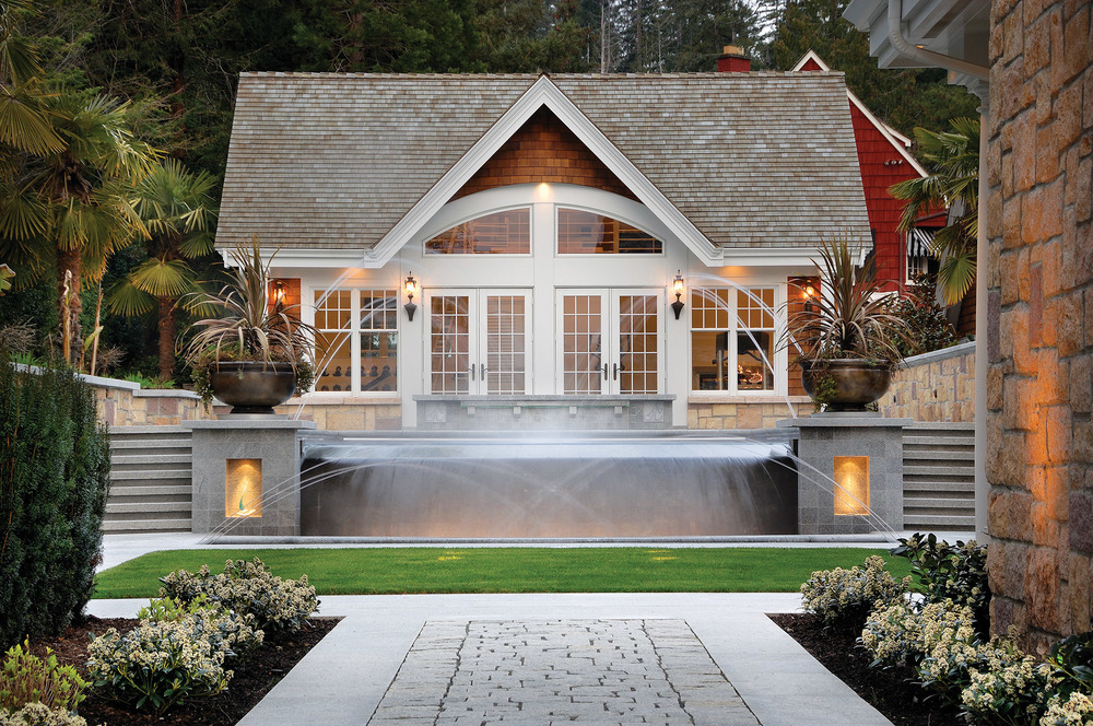 巨大的法式落地門窗打通了室內與戶外的空間,沿屋前木板小道可以來到水邊。