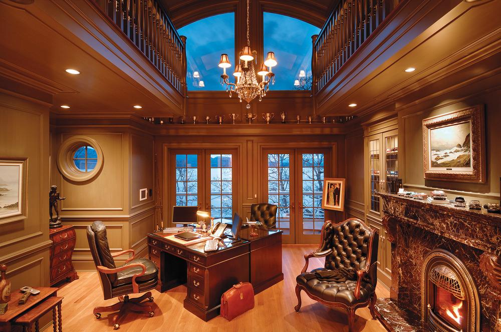 巨大法式落地門窗為書房提供了美麗的景色和良好的採光。華麗的棕色大理石壁爐為房間增添了一份暖意。