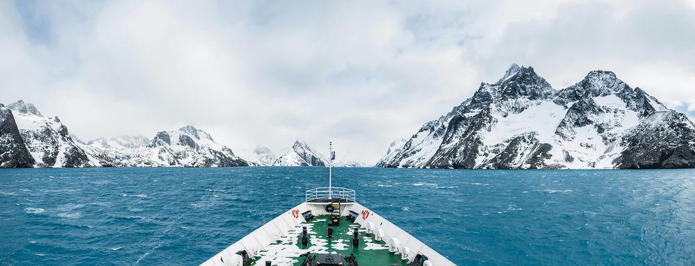 在南極洲航行需要特別加固船體來應對冰層。甲板上可能享受不到陽光,但是船艙內卻依然舒適豪華。Yongyut Kumsri / Shutterstock.com