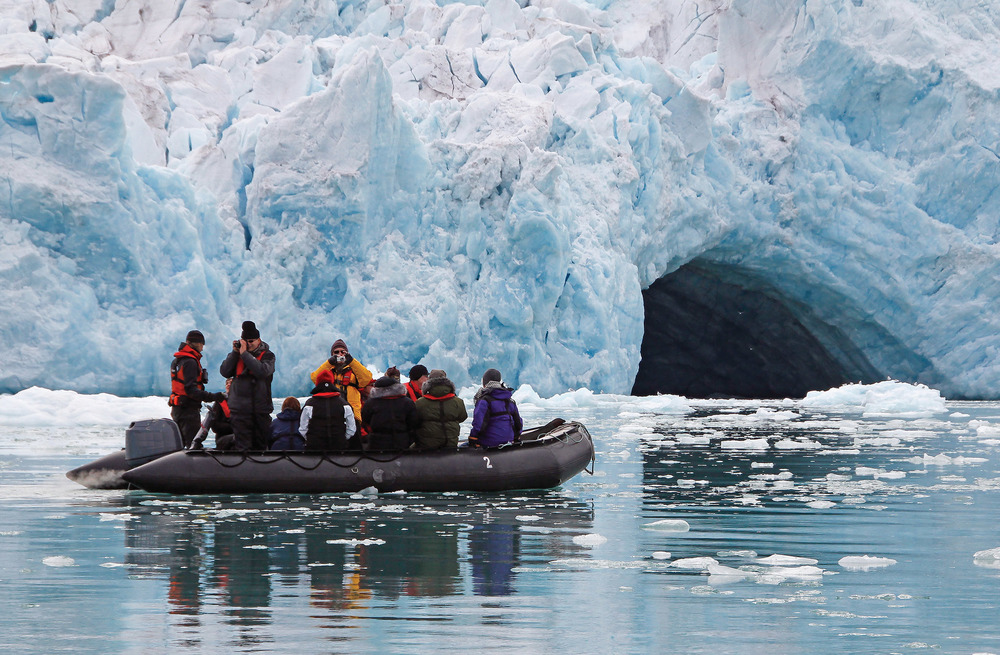 乘坐小型橡皮艇近距離觀賞冰川和海洋動物。cybercrisi / Shutterstock.com