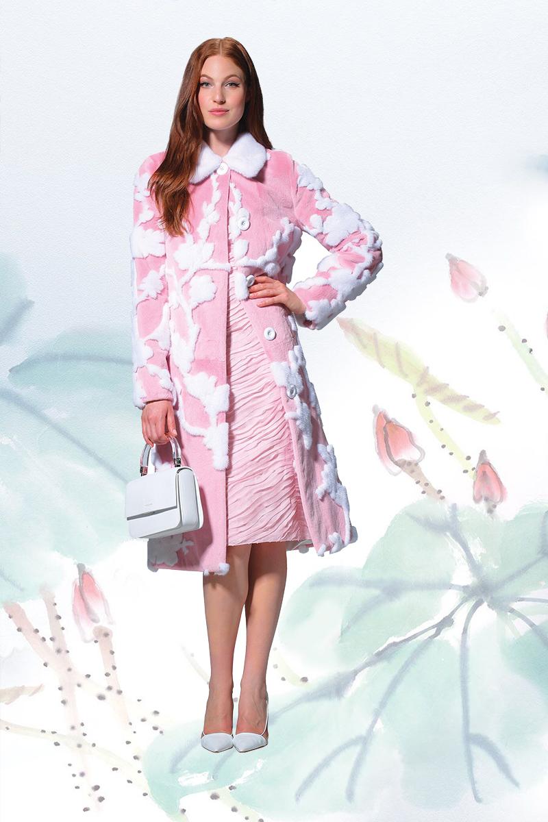 邁可.寇斯 白色高跟鞋US$550   貂皮拼花大衣$18,000   緞面連衣裙 US$3,295  白色法式牛皮手包US$1,290 