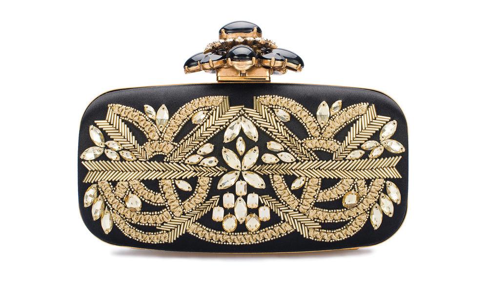 4.奧斯卡德拉倫塔手包 $2,238  精緻絕美的釘珠和水晶,在黑色緞面的映襯下,演繹著歌劇般華麗。穿上晚禮服,讓這款奧斯卡德拉倫塔手包伴妳度過一個美妙的劇院之夜吧。  At  oscardelarenta.com