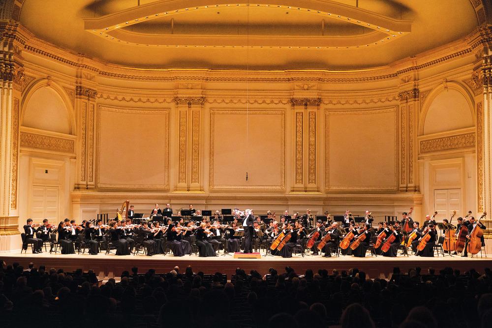 高朋滿座的卡內基音樂廳內,米蘭.納切夫先生瀟灑自若地站在指揮臺上,引領觀眾踏上了一場追尋中華五千年神傳文化的音樂旅程。www.ShenYun.com