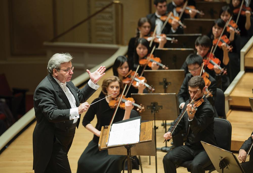 米蘭.納切夫與神韻交響樂團的演奏員們在舞台上達到了可以不用語言,而用心靈溝通的境界。www.ShenYun.com