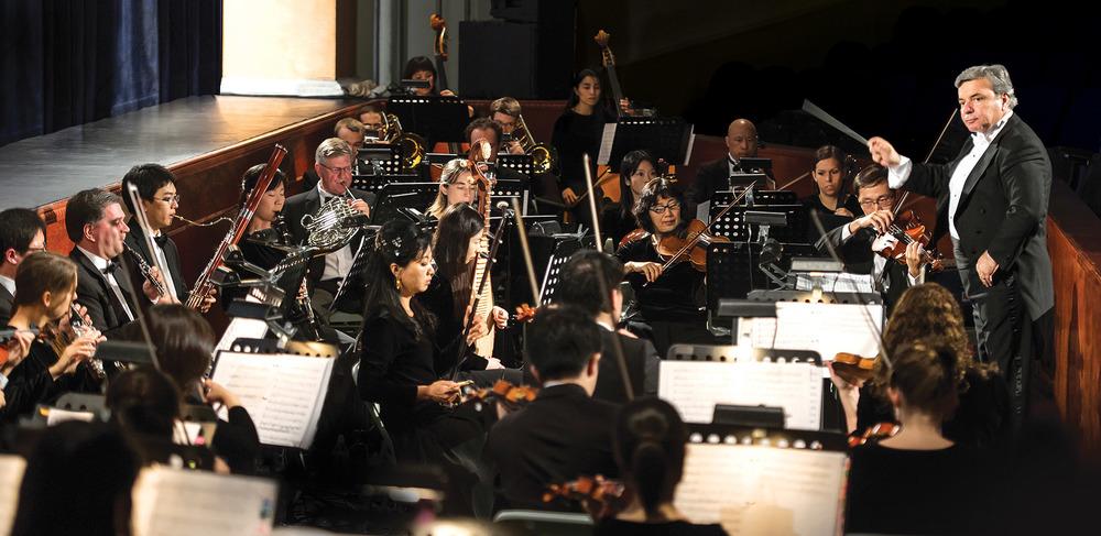 「如果讓我來把神韻交響樂團與其它樂團相比,我要說在神韻我們不只是演奏音符和曲調。我們表達音樂更高深的意境,不止是表達情感。」www.shenyun.com
