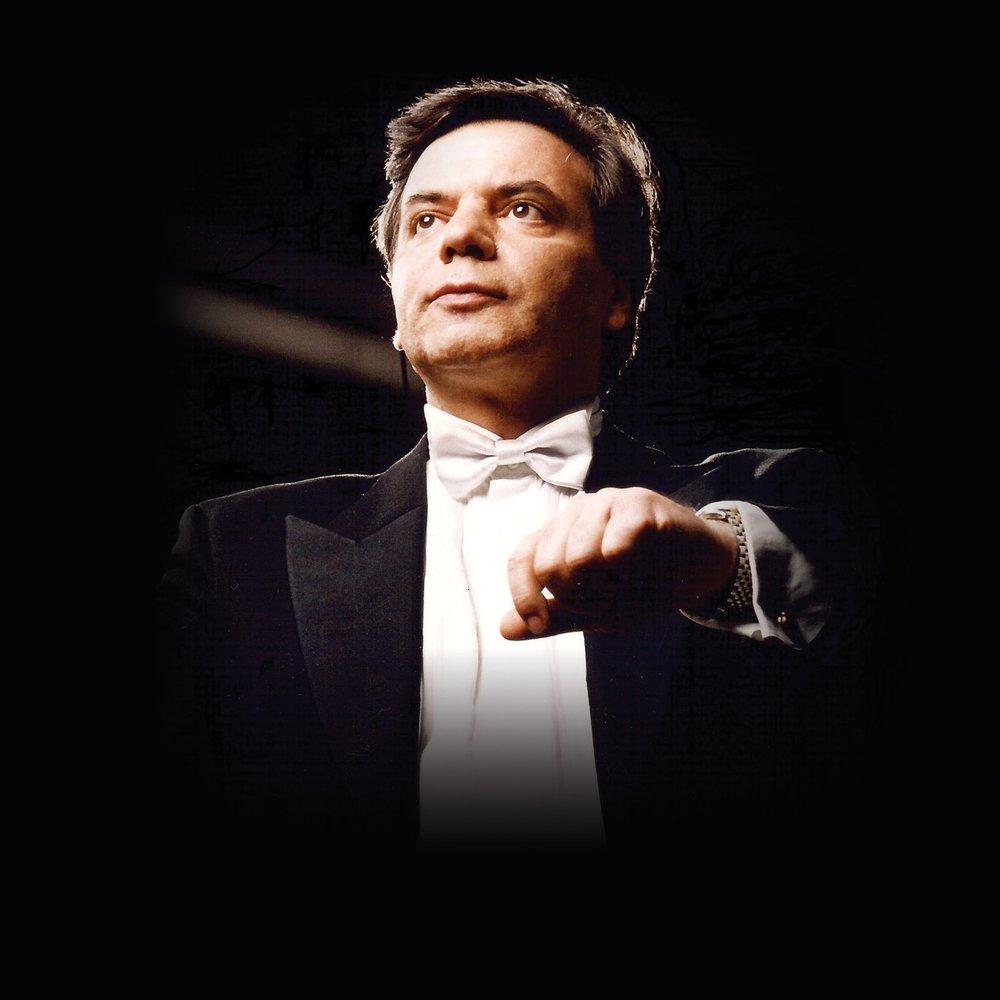 指揮家米蘭.納切夫先生在來到神韻藝術團之前,被梵蒂岡和保加利亞文化部授予「傑出音樂領導者」的稱號。www.milennachev.com