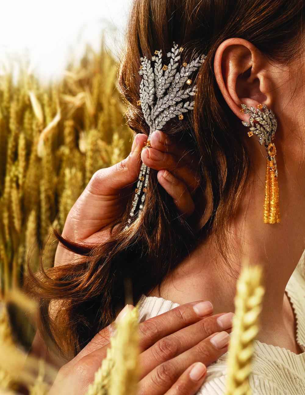 Moisson d'Or earrings系列,18K白、黃金胸針,飾以一顆11.8克拉馬眼形切割黃色藍寶石。18K白、黃金耳環上黃色藍寶石的流蘇垂下,墜飾兩顆總重5.71克拉的馬眼形切割黃色藍寶石,束以鋪鑲鑽石的麥穗。