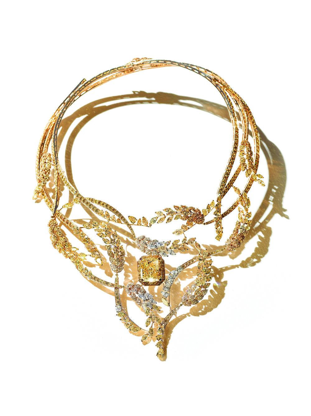 Fête des Moissons系列,18K白、黃金項鏈,中央鑲嵌一顆25克拉長方形切割黃鑽,點綴有明亮式切割和欖尖形切割黃鑽和無色鑽石。