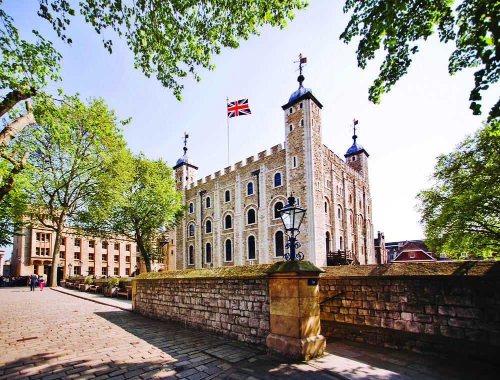 倫敦塔上飄揚著英國國旗; Justin Black / Shutterstock.com