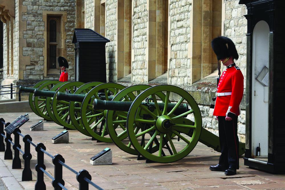 在倫敦塔前守衛的英國士兵,他們紅色的制服和黑色高帽引人注目。Joseph M. Arseneau / Shutterstock.com